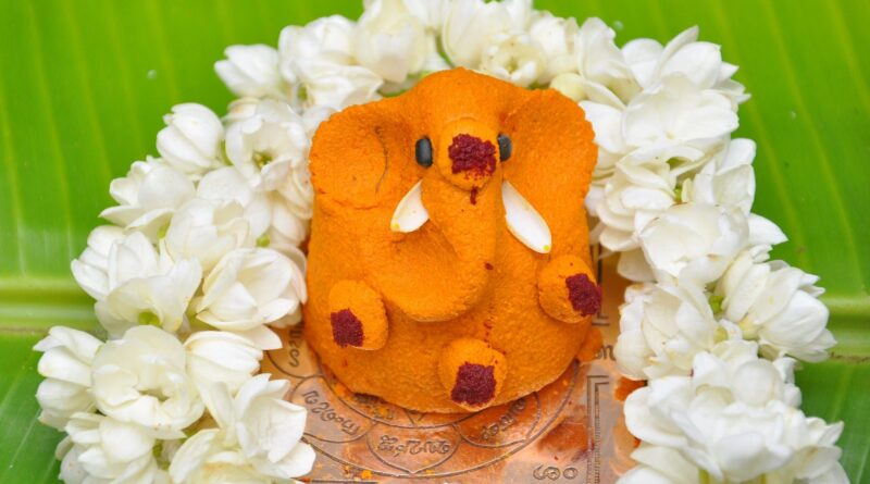 Holding a pillaiyaar,pillaiyaar,benefits of holding a pillaiyaar, annaimadi.com,manjalil pillaiyaar,பிள்ளையார் பிடித்து வைப்பதன் பலன்கள்,மஞ்சளில் பிள்ளையார்,பசுஞ்சாணத்தில் பிள்ளையார்